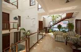 Sajeev kumar and family's Residence at Girugambakkam:  Corridor & hallway by  Murali architects