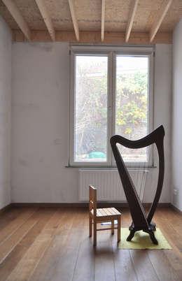 Extension d'une maison unifamiliale à Ixelles: Chambre d'enfant de style de style Moderne par Responsible Young Architects sprl