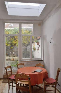 Extension d'une maison unifamiliale à Ixelles: Cuisine de style de style Moderne par Responsible Young Architects sprl