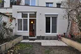Extension d'une maison unifamiliale à Ixelles: Maisons de style de style Moderne par Responsible Young Architects sprl