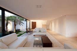 Salon de style de style Moderne par Conrado Ceravolo Arquitetos