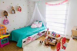 Cuarto de Antonia: Habitaciones para niños de estilo moderno por Little One