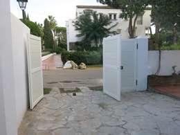 Garajes de estilo moderno por Rudeco Construcciones