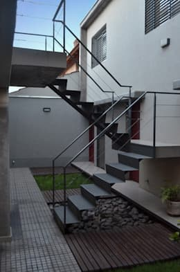 Uspallata 460: Pasillos y recibidores de estilo  por trama arquitectura