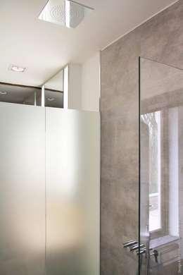 Après: Salle de bains de style  par Olivier De Cubber - Architecture d'intérieur, design & décoration