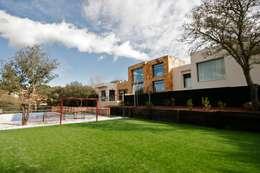 modern Houses by VALVERDE ARQUITECTOS