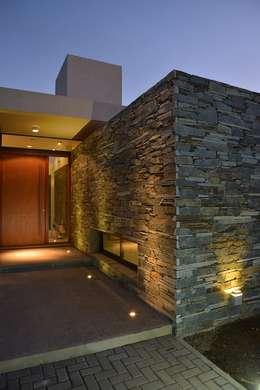 Casa L A, Los Algarrobos, Córdoba: Casas de estilo moderno por Invernon Arquitectos