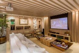 Salas multimedia de estilo moderno por Haifatto Arq + Decor