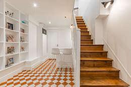 Vestíbulos, pasillos y escaleras de estilo  por PictHouse