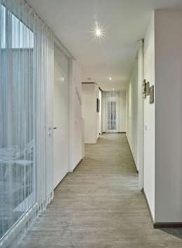 Corridor & hallway by +studio moeve architekten bda