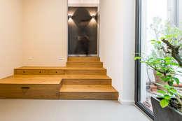 Eingangstreppe mit integriertem Stauraum:  Flur & Diele von Büro Köthe