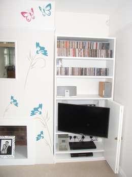Salas de estilo moderno por Style Within