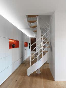 Projekty,  Korytarz, przedpokój zaprojektowane przez NEARCH architecture & design