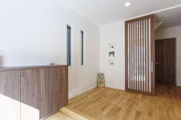 広いバルコニーのある家: 福島工務店株式会社が手掛けた玄関/廊下/階段です。