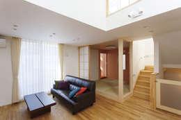 広いバルコニーのある家: 福島工務店株式会社が手掛けたリビングです。