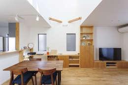 広いバルコニーのある家: 福島工務店株式会社が手掛けたリビングルームです。