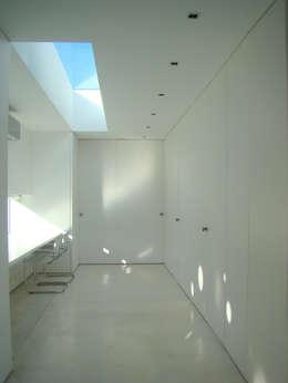 CASA EN OPEN DOOR: Estudios y oficinas de estilo moderno por MENEGHETTI ARQUITECTOS