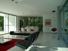 CASA EN OPEN DOOR: Livings de estilo moderno por MENEGHETTI ARQUITECTOS
