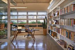 Oficinas de estilo minimalista por Piratininga Arquitetos Associados