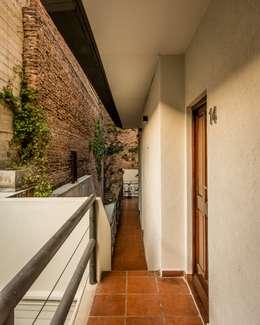 Hotel Azur - Reforma y nuevas habitaciones: Hoteles de estilo  por CAPÓ estudio