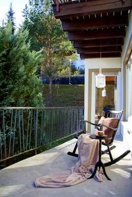 Balcones, porches y terrazas de estilo rural por wohnausstatter