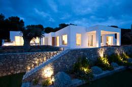 Projekty, śródziemnomorskie Domy zaprojektowane przez ANTONIO HUERTA ARQUITECTOS