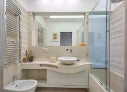 Baños de estilo moderno por SERENA ROMANO' ARCHITETTO