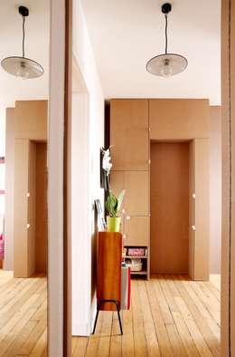 cloison chambre et porte fermée: Couloir et hall d'entrée de style  par BKBS