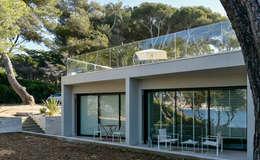 Projekty, nowoczesne Domy zaprojektowane przez frederique Legon Pyra architecte