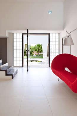 Villa C1: Couloir, Entrée & Escaliers de style de style Minimaliste par frederique Legon Pyra architecte