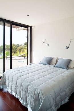 Villa C1: Chambre de style de style Moderne par frederique Legon Pyra architecte