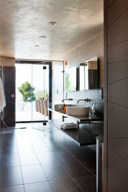 Villa C1: Salle de bain de style de style Moderne par frederique Legon Pyra architecte