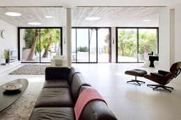 Villa C1: Salon de style de style Moderne par frederique Legon Pyra architecte