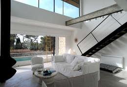 Villa M1: Salon de style de style Moderne par frederique Legon Pyra architecte