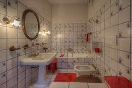 Banheiros rústicos por Emilio Rescigno - Fotografia Immobiliare