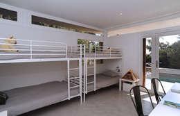 Villa M1: Chambre d'enfant de style de style Moderne par frederique Legon Pyra architecte