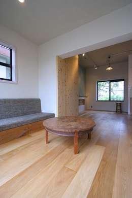 House in Nakatomigaoka: MimasisDesign [ミメイシスデザイン]が手掛けたリビングです。