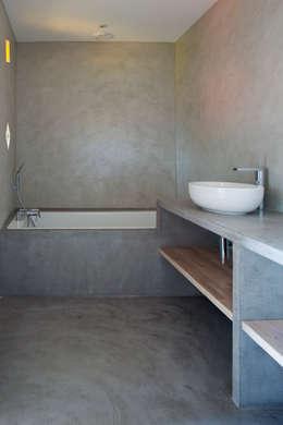 Villa C2: Salle de bains de style  par frederique Legon Pyra architecte
