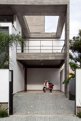 Casa E: Garagens e edículas modernas por PJV Arquitetura