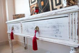 Pequeño mueble ingles Restaurado . Decapado en blanco: Dormitorios de estilo ecléctico por Diseñadora Lucia Casanova
