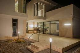 LK&1048: styl nowoczesne, w kategorii Domy zaprojektowany przez LK & Projekt Sp. z o.o.