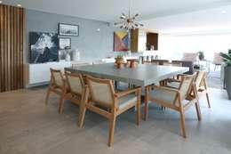 Campo Belo: Salas de jantar minimalistas por Léo Shehtman Arquitetura e Design