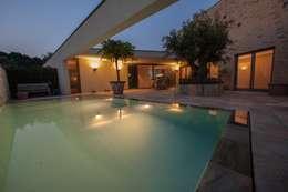 Zwembad met mediterane sfeer : modern Zwembad door Engelman Architecten BV
