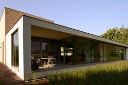 Glazen achtergevel : moderne Huizen door Engelman Architecten BV