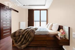 Mieszkanie w klasycznej kolorystyce.: styl , w kategorii Sypialnia zaprojektowany przez Decoroom