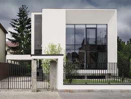 METAMORFOZA DOM KOSTKA. ELEWACJA FRONTOWA 2: styl nowoczesne, w kategorii Domy zaprojektowany przez PAWEL LIS ARCHITEKCI