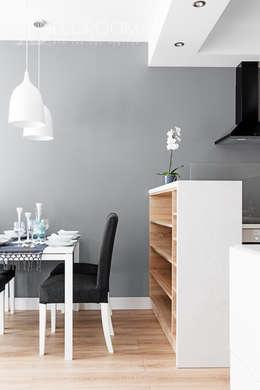 w drewnie, bieli i szarościach: styl , w kategorii Salon zaprojektowany przez Decoroom