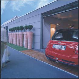 Garajes de estilo moderno por Benedini & Partners