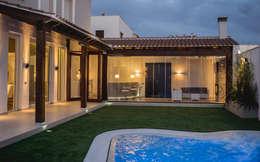 Piscinas de estilo mediterráneo por SENZA ESPACIOS