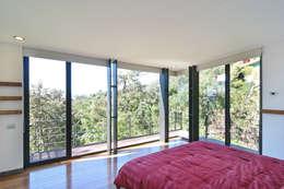 Casa La Lagartija: Recámaras de estilo moderno por alexandro velázquez